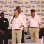 الرئيس الكولومبي يتبول على نفسه أمام الجماهير !